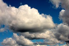 Άσπρα σύννεφα στο υπόβαθρο του σκούρο μπλε ουρανού στοκ εικόνες
