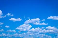 Άσπρα σύννεφα στο φωτεινό μπλε ουρανό Στοκ εικόνα με δικαίωμα ελεύθερης χρήσης