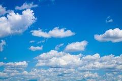 Άσπρα σύννεφα στο φωτεινό μπλε ουρανό Στοκ Εικόνες