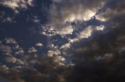 Άσπρα σύννεφα σωρειτών ενάντια σε έναν όμορφο μπλε ουρανό, παράξενο patte Στοκ Φωτογραφία