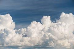 άσπρα σύννεφα σωρειτών στο μπλε ουρανό, συννεφιάζω σωρείτης clo στοκ εικόνα