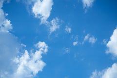 Άσπρα σύννεφα σωρών στο μπλε ουρανό στη θερινή ημέρα στοκ φωτογραφία