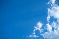 Άσπρα σύννεφα σωρών στο μπλε ουρανό στη θερινή ημέρα στοκ φωτογραφίες με δικαίωμα ελεύθερης χρήσης