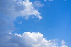 Άσπρα σύννεφα σωρών στο μπλε ουρανό στη θερινή ημέρα στοκ φωτογραφίες