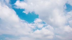 Άσπρα σύννεφα χρονικού σφάλματος στο μπλε ουρανό απόθεμα βίντεο
