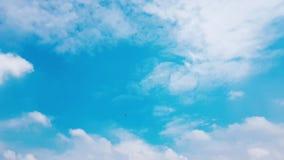 Άσπρα σύννεφα χρονικού σφάλματος στο μπλε ουρανό φιλμ μικρού μήκους