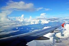 Άσπρα σύννεφο μπλε ουρανού και αεροπλάνο φτερών Στοκ φωτογραφία με δικαίωμα ελεύθερης χρήσης