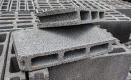 Άσπρα τούβλα για την οικοδόμηση κτηρίου μπροστά από τον τρόπο στοκ φωτογραφία
