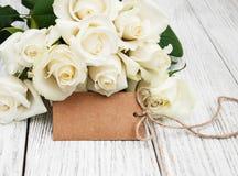 Άσπρα τριαντάφυλλα με την ετικέττα στοκ εικόνα