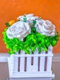 Άσπρα τριαντάφυλλα στον όμορφο φράκτη εικόνων καλαθιών Στοκ Εικόνες