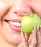 Άσπρα υγιή δόντια χαμόγελου Στοκ φωτογραφία με δικαίωμα ελεύθερης χρήσης