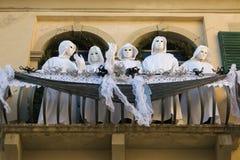 Άσπρα φαντάσματα στο μπαλκόνι για καρναβάλι Στοκ εικόνα με δικαίωμα ελεύθερης χρήσης