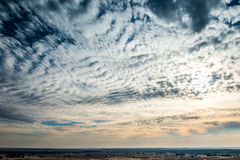 Άσπρα φανταστικά σύννεφα σε έναν μπλε ουρανό στοκ φωτογραφίες