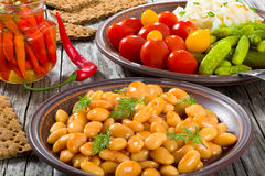 Άσπρα φασόλια, παστωμένο λάχανο, ντομάτες κερασιών, αγγούρια, τσίλι Στοκ Εικόνα