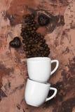 Άσπρα φλυτζάνια για το espresso που γεμίζουν με τα φασόλια καφέ Τοπ όψη Τρόφιμα Στοκ φωτογραφία με δικαίωμα ελεύθερης χρήσης