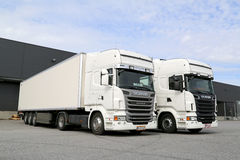 Άσπρα φορτηγά Scania στο κτήριο αποθηκών εμπορευμάτων Στοκ εικόνες με δικαίωμα ελεύθερης χρήσης
