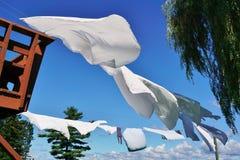 Άσπρα φύλλα που κρεμούν στις σκοινιά για άπλωμα στοκ φωτογραφία με δικαίωμα ελεύθερης χρήσης