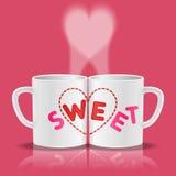 Άσπρα φλυτζάνια με τη γλυκιά μορφή λέξης και καρδιών Στοκ Φωτογραφίες
