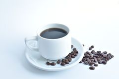 άσπρα φλυτζάνι καφέ και φασόλι καφέ στο άσπρο υπόβαθρο στοκ εικόνες