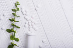 Άσπρα χάπια με βοτανικό Στοκ Εικόνα