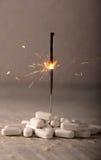 Άσπρα χάπια με Sparkler για την έννοια κατάχρησης ναρκωτικών ουσιών Στοκ Εικόνες