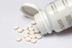 Άσπρα χάπια που ανατρέπουν τη μορφή το μπουκάλι του Στοκ Φωτογραφία