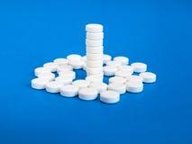 Άσπρα χάπια σε ένα μπλε υπόβαθρο Στοκ Εικόνα