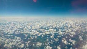 Άσπρα χνουδωτά σύννεφα που επιπλέουν στον ουρανό, απεριόριστες δυνατότητες, επεκτειμένος ορίζοντες φιλμ μικρού μήκους