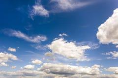 Άσπρα χνουδωτά σύννεφα στο μπλε ουρανό στην ηλιόλουστη ημέρα στοκ φωτογραφίες