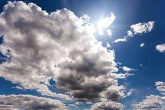 Άσπρα χνουδωτά σύννεφα στο μπλε ουρανό στην ηλιόλουστη ημέρα στοκ φωτογραφία με δικαίωμα ελεύθερης χρήσης