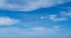 Άσπρα χνουδωτά σύννεφα στο μπλε ουρανό στοκ εικόνες με δικαίωμα ελεύθερης χρήσης