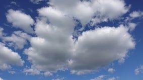 Άσπρα χνουδωτά σύννεφα στο μπλε ουρανό, Timelapse Καθαρή ατμόσφαιρα και έννοια προστασίας του περιβάλλοντος φιλμ μικρού μήκους