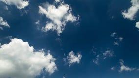 Άσπρα χνουδωτά σύννεφα που κινούνται αργά στο σαφή βαθύ μπλε ουρανό σταθερό πυροβολισμό χρονικού στον έγκαιρο σφάλματος ημέρας 4k απόθεμα βίντεο