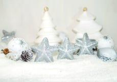 Άσπρα Χριστούγεννα - αστέρια Χριστουγέννων - διακόσμηση Χριστουγέννων Στοκ εικόνα με δικαίωμα ελεύθερης χρήσης