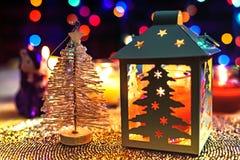 Άσπρα Χριστούγεννα πεύκων και διακόσμηση φαναριών στο ζωηρόχρωμο υπόβαθρο στοκ εικόνες με δικαίωμα ελεύθερης χρήσης