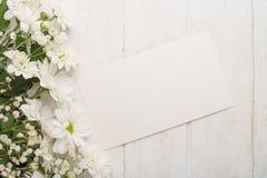 Άσπρα χρυσάνθεμα σε ένα άσπρο ξύλινο υπόβαθρο, με το κενό διάστημα για το γράψιμο ή τη διαφήμιση στοκ φωτογραφία με δικαίωμα ελεύθερης χρήσης