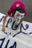 Άσπρα χρώματα protestor μασκών στο έμβλημα Στοκ φωτογραφία με δικαίωμα ελεύθερης χρήσης