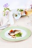 Άσπρα ψάρια με το σπαράγγι Στοκ εικόνες με δικαίωμα ελεύθερης χρήσης