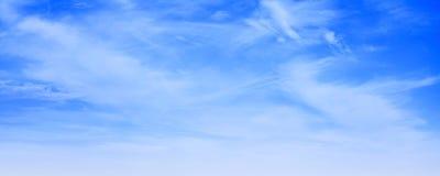 Άσπρα cirrus σύννεφα στο μπλε ουρανό στην ημέρα Στοκ Εικόνα