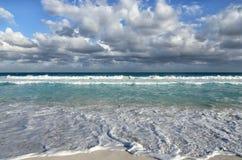 Άσπρα foamy κύματα και σκουραίνοντας βαθμιαία χρώμα του θαλάσσιου νερού Στοκ Εικόνες