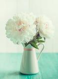 Άσπρα peonies στο floral βάζο στον ξύλινο πίνακα, εκλεκτής ποιότητας χρώματα μεντών Στοκ εικόνες με δικαίωμα ελεύθερης χρήσης