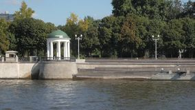 Άσπρα rotunda και πράσινα δέντρα στο ανάχωμα ποταμών Moskva απόθεμα βίντεο