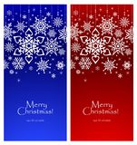 Άσπρα snowflakes σε ένα φωτεινό υπόβαθρο, πρότυπο για μια κάρτα Χριστουγέννων στοκ εικόνες με δικαίωμα ελεύθερης χρήσης
