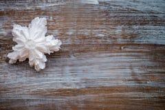 Άσπρα snowflakes Χριστουγέννων σε ένα εκλεκτής ποιότητας ξύλινο υπόβαθρο ουρανός santa του Klaus παγετού Χριστουγέννων καρτών τσα Στοκ Εικόνες