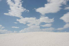 Άσπρες άμμοι ερήμων και άσπρα σύννεφα με το μπλε ουρανό Στοκ εικόνα με δικαίωμα ελεύθερης χρήσης