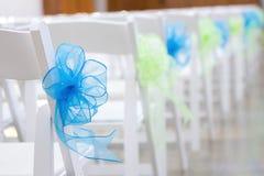 Άσπρες έδρες με τις μπλε και πράσινες κορδέλλες Στοκ Εικόνες