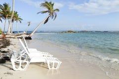 Άσπρες έδρες παραλιών στην αμμώδη παραλία κοντά στο τροπικό τοπίο τουρισμού έννοιας καλοκαιρινών διακοπών και διακοπών θάλασσας Στοκ Φωτογραφίες