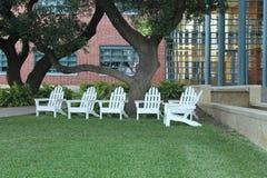 Άσπρες έδρες χορτοταπήτων Adirondack ξύλινες Στοκ εικόνα με δικαίωμα ελεύθερης χρήσης