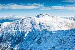 Άσπρες αιχμές των βουνών στο χιόνι Στοκ Φωτογραφίες