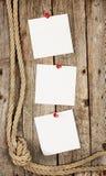 Άσπρες αυτοκόλλητες ετικέττες στο ξύλινο υπόβαθρο Στοκ Εικόνες